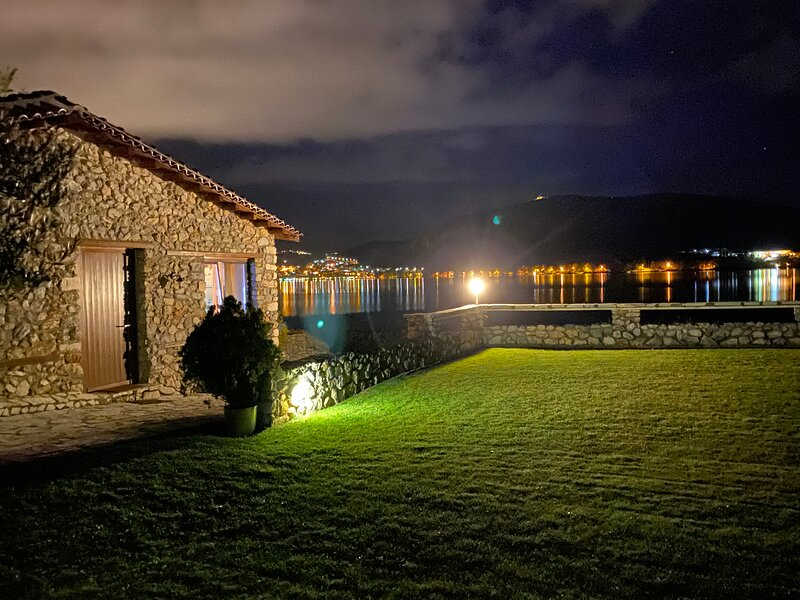 Το Πέτρινο Σπιτάκι δίπλα στην Λίμνη /  A Unique Stone Cottage Right on The Lake, holiday rental in Kastoria Region
