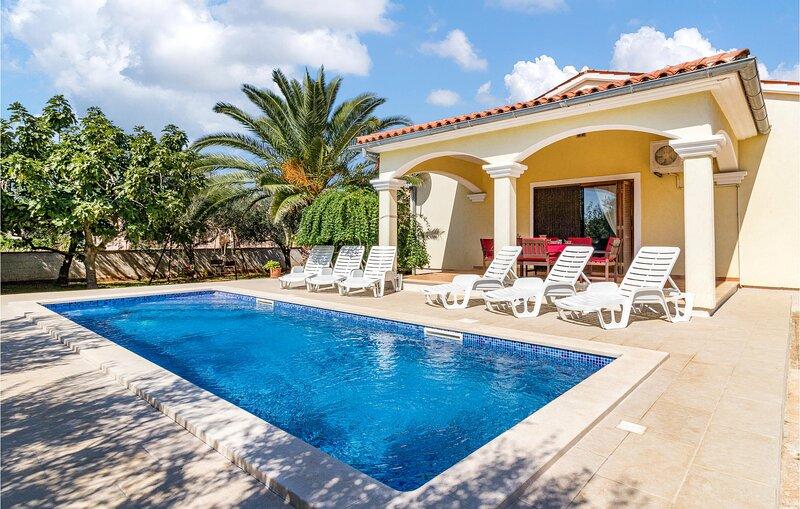 Beautiful home in Pula with Outdoor swimming pool and 3 Bedrooms (CIZ407), aluguéis de temporada em Sisan