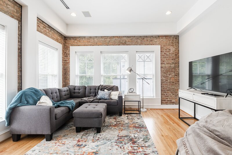 Red Door Apartment 2.0 ~ Heart Of D-TWN ~ Lovesac, holiday rental in Travelers Rest