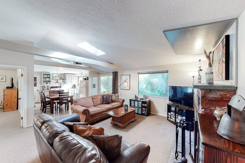 Quiet, dog-friendly home with private hot tub, backyard, & path to beach, vacation rental in Yachats