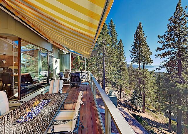 Custom Luxury Retreat | Panoramic Lake & Mountain Views | 3 Minutes to Slopes, holiday rental in Carson City