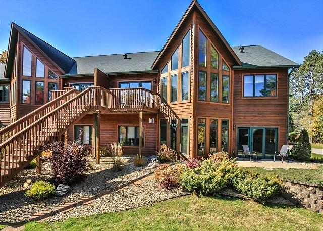 Beautiful Executive condominium on the Eagle River Chain of 28 Lakes, aluguéis de temporada em Land O' Lakes