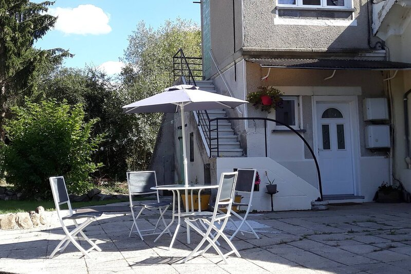 Inviting 2-Bed 2-Shower Self  Apartment in Pionsat, aluguéis de temporada em Evaux-les-Bains