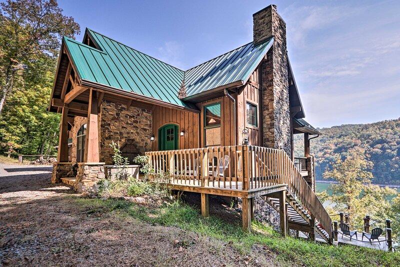 NEW! Expansive Norris Lake Cabin w/ Decks & Dock!, Ferienwohnung in Bean Station