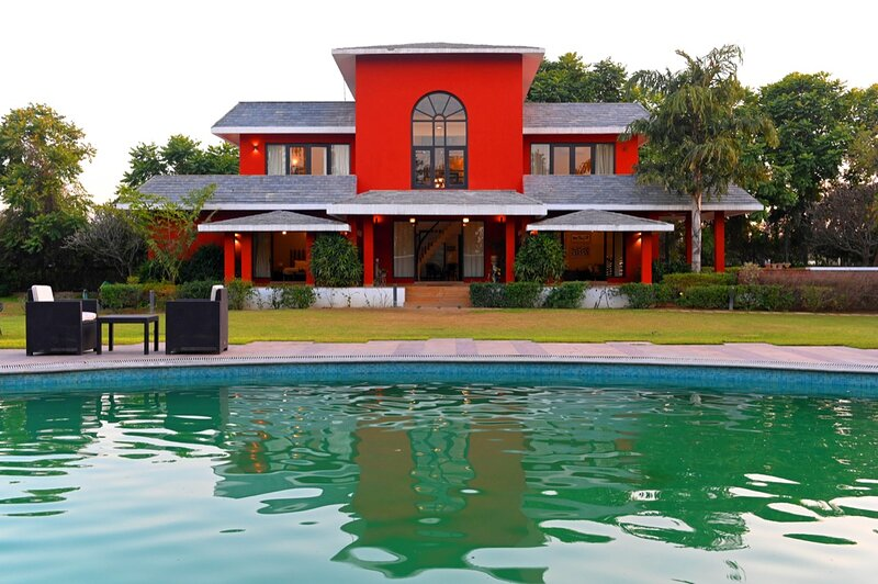 Sangeet Villa with a splended pool, vacation rental in Gurugram (Gurgaon)