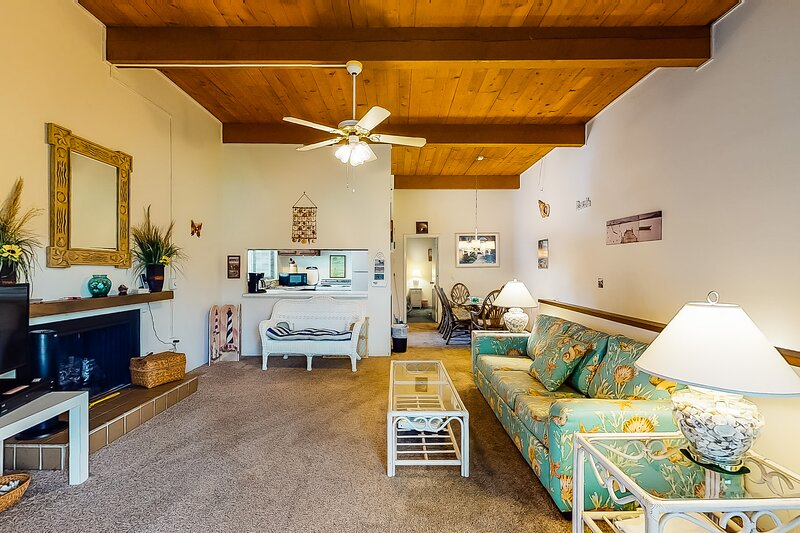 Dog-friendly condo with shared pool plus lake, canal, and golf course views, casa vacanza a Ocean Pines
