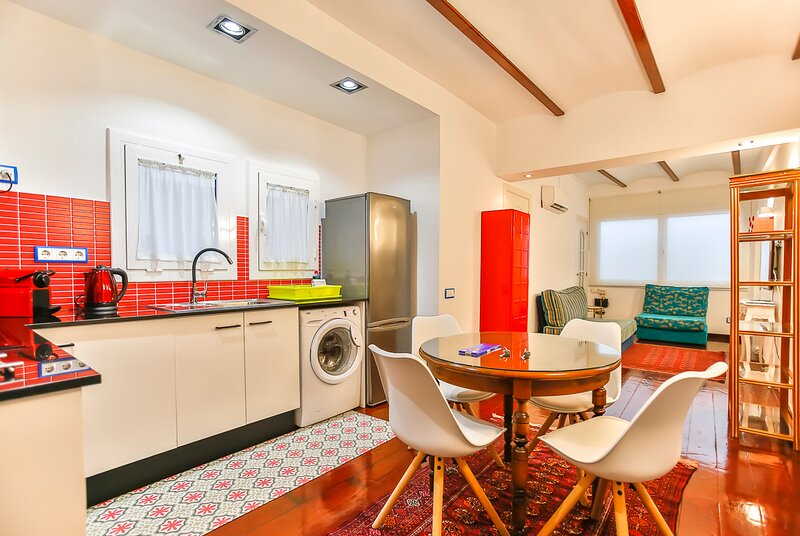 Charming 4-People Vacation Flat on the 'Street of Sin' of Sitges, location de vacances à Sitges