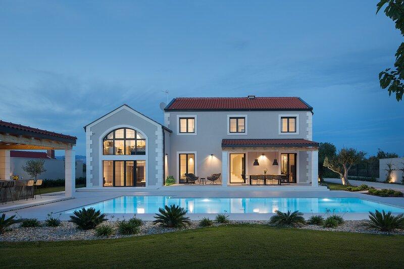 Villa Manana, in Dalmatia, with a Pool, location de vacances à Suhovare