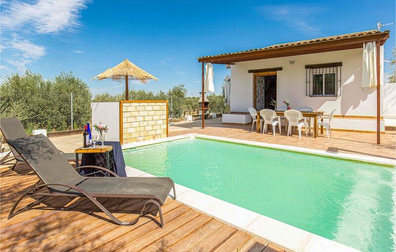 Nice home in Arahal with Outdoor swimming pool, WiFi and 3 Bedrooms (EAC507), aluguéis de temporada em Moron de la Frontera