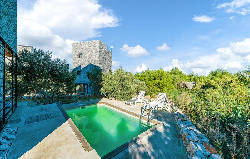 Stunning home in Dragove with Outdoor swimming pool, WiFi and 2 Bedrooms (CDU256, aluguéis de temporada em Dragove