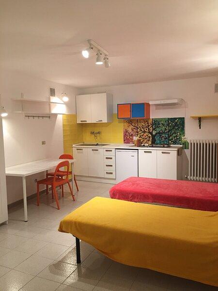 Monolocale in centro storico Urbino piano terra, aluguéis de temporada em Cantiano
