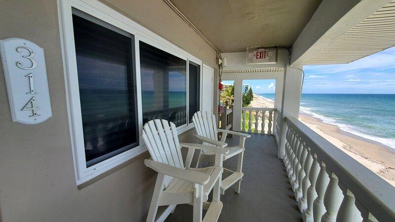 2 Bedroom beachfront/ Oceanfront Condo w/ direct ocean views, alquiler de vacaciones en Satellite Beach