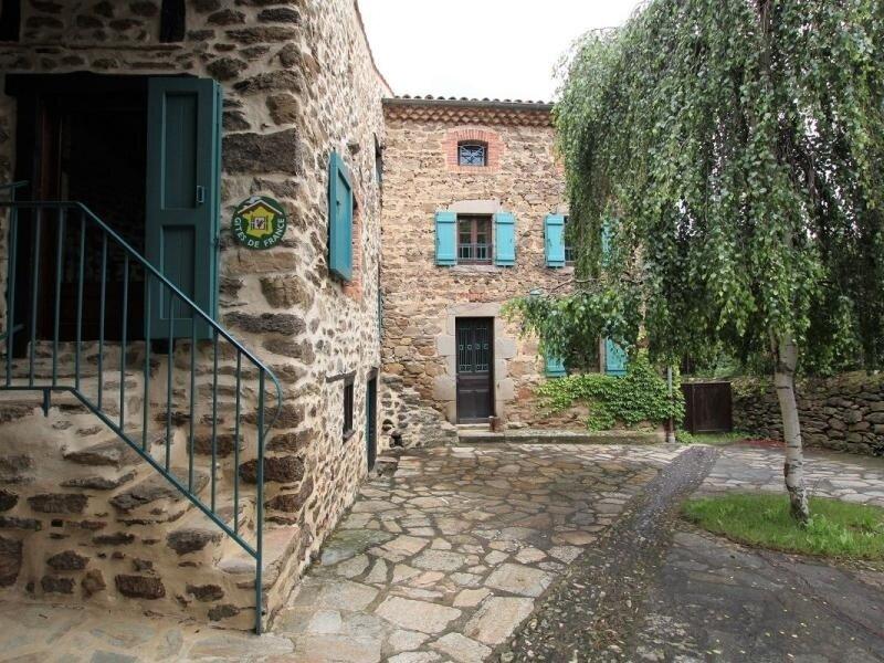 La maison aux volets bleus, location de vacances à Saint-Beauzire
