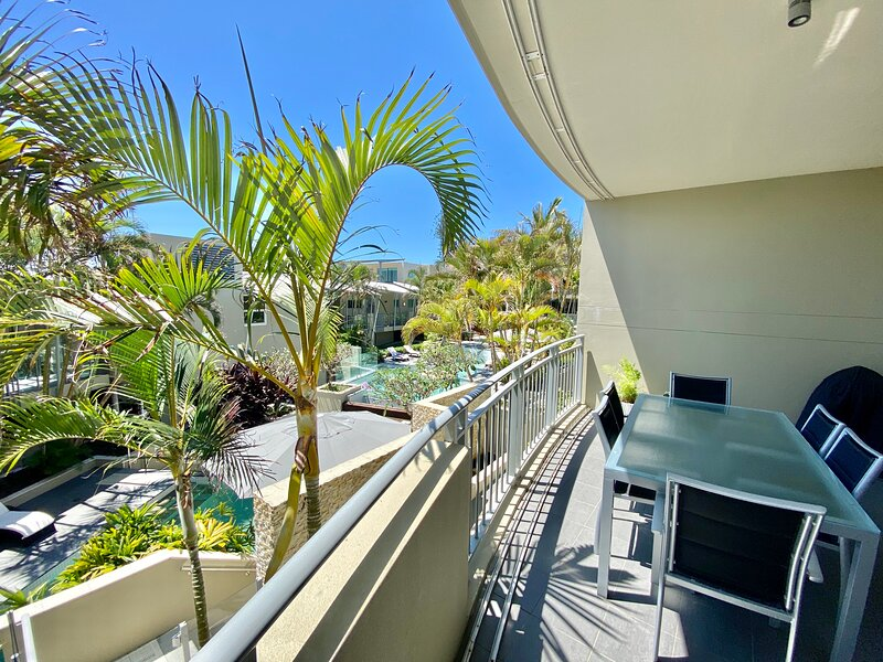 POOL & MOUNTAIN VIEWS 2 BED APARTMENT - BEACHFRONT, holiday rental in Duranbah