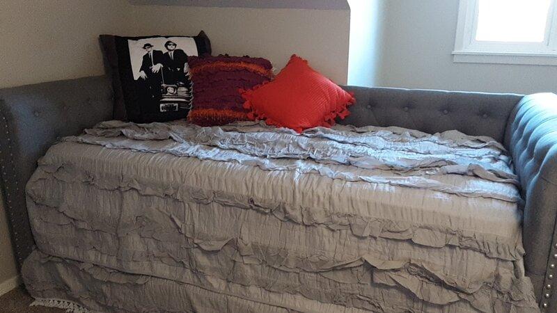 LOFT BEDROOM, ENTIRE SECOND FLOOR, alquiler de vacaciones en Springfield