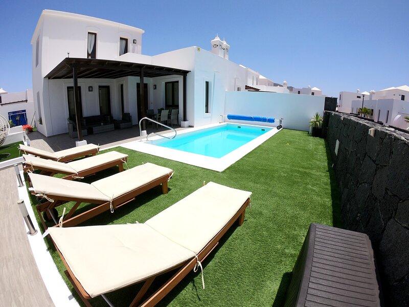 Villa con piscina privada climatizada, Wifi, Netflix, BBQ, ping pong, Smart tv., holiday rental in Playa Blanca