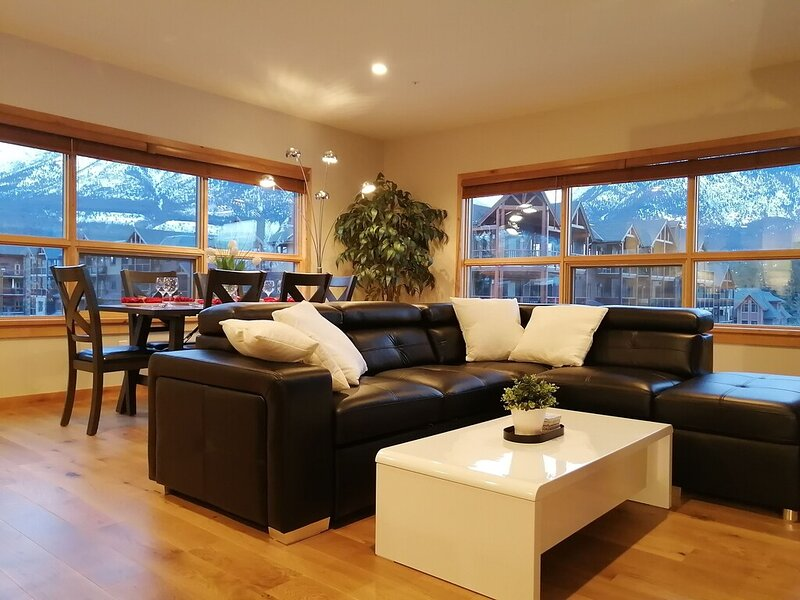 Brand New Luxury Corner 3BR/2BA in the Heart of Canmore, holiday rental in Canmore