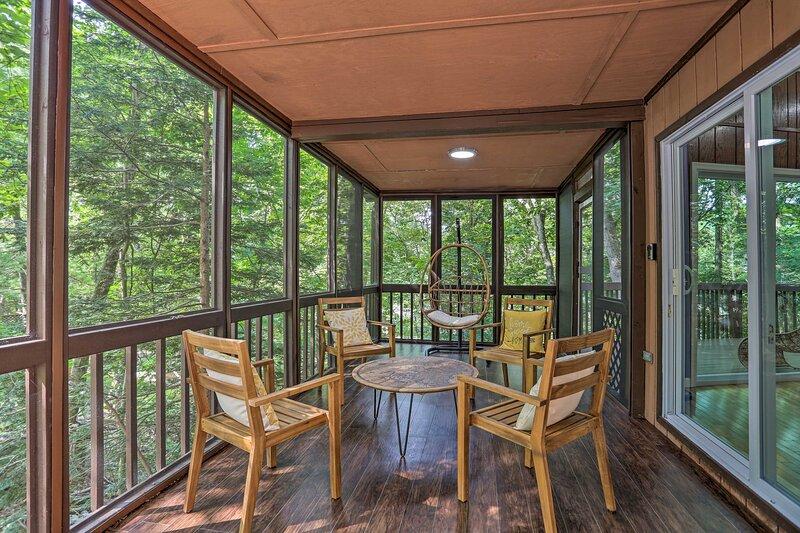 Saw Creek Cabin w/2 Decks & Resort Pool Access, holiday rental in Bushkill