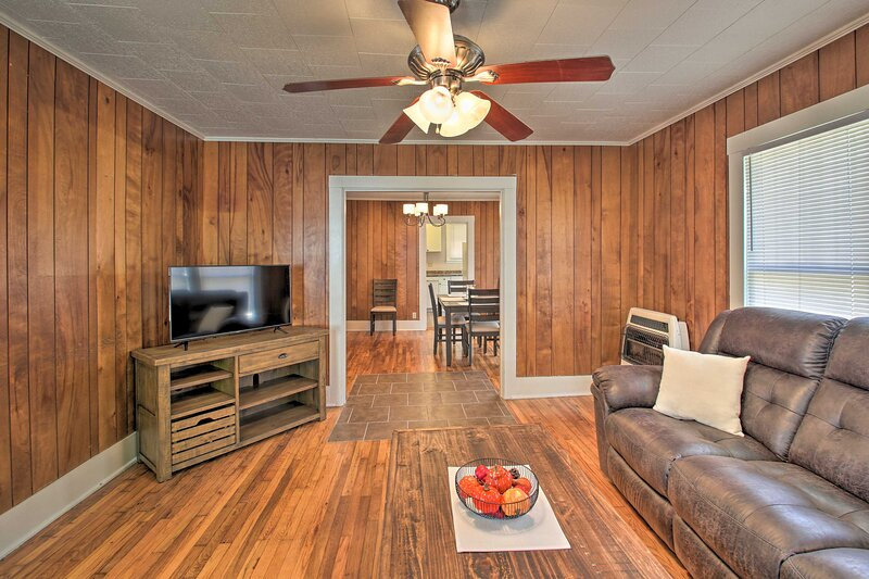 Living Room | Cable TV | Air Conditioning