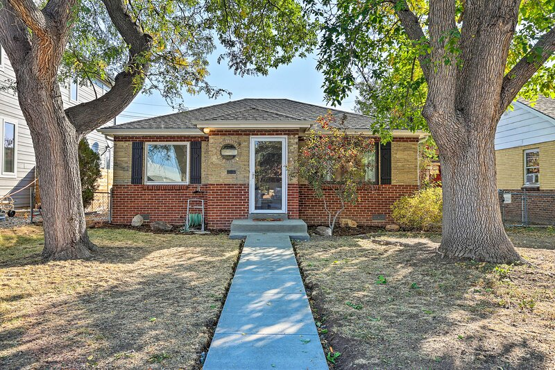 NEW! Denver Area Home w/ Yard, Walk to Dine & Shop, location de vacances à Englewood