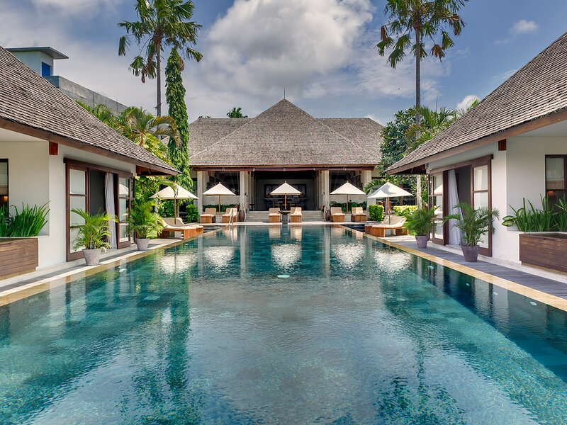 Villa Mandalay, 7BR, Seseh-Tanah Lot, location de vacances à Canggu
