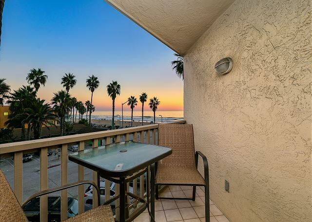 All-Suite Pierside Perfection w/ Ocean-View Balconies & Direct Beach Access, Ferienwohnung in San Diego