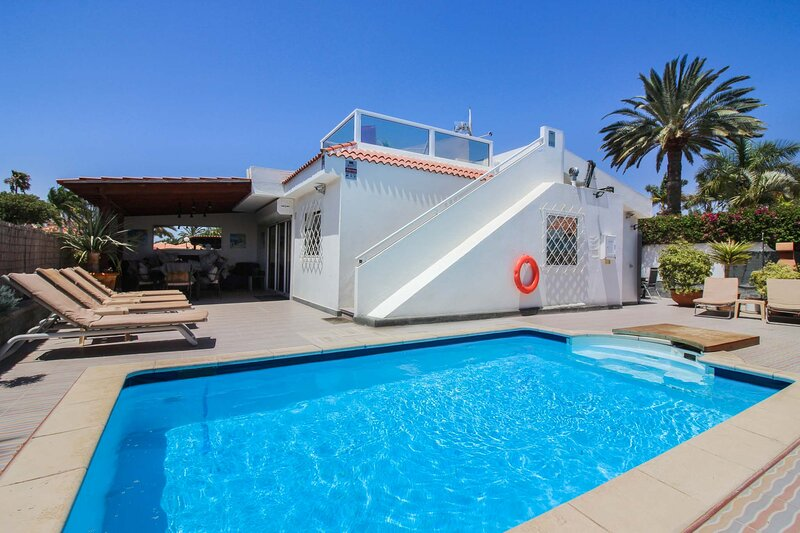 Private heated pool, 4 double/twin all ensuite, free WiFi, close to beach., holiday rental in Maspalomas