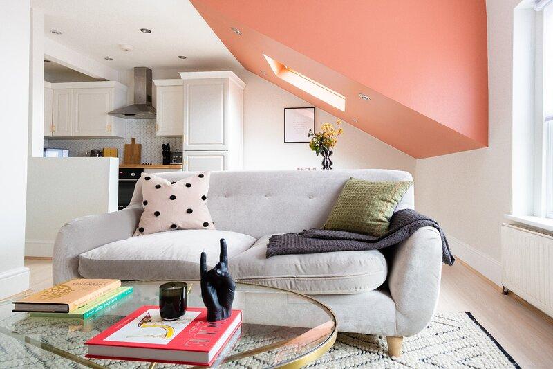 The Kilburn Escape - Modern & Bright 1BDR Apartment  with Balcony, Ferienwohnung in Willesden