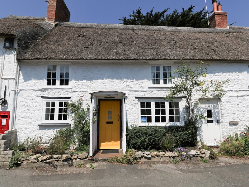 APPLE TREE COTTAGE, Thatched cottage, sleeps 4, central village location, 10, vacation rental in Burton Bradstock