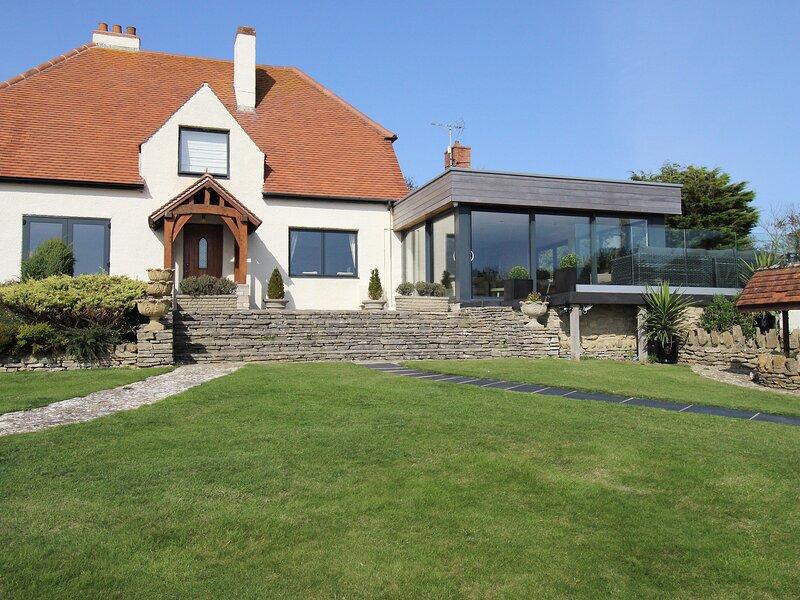 BURTON VIEW, sleeps 5, luxury kitchen garden room, sea views, parking, Burton, holiday rental in Shipton Gorge