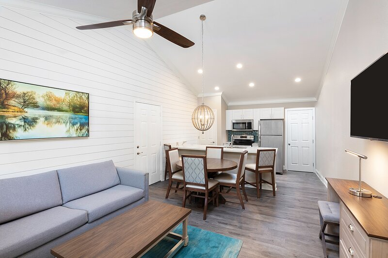 Cozy Condo w/ Indoor / Outdoor Resort Pools, Mini Golf & Near Downtown, holiday rental in Hollister