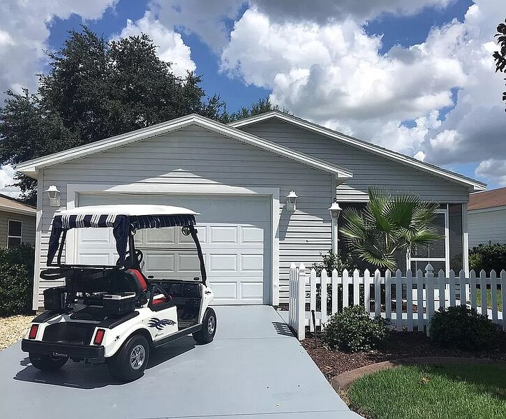 Immaculate 2/2 Patio Villa Close to Sumter Landing with Golf Cart!, aluguéis de temporada em Fruitland Park