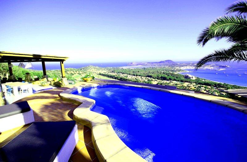 Luminosa villa singola con piscina privata, vista mare, WiFi, clima, parcheggio, vacation rental in Villasimius