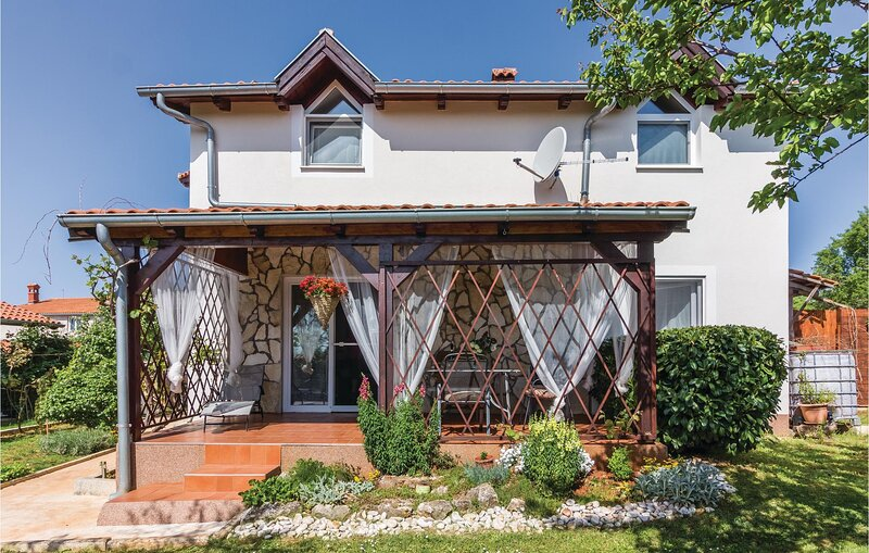 Stunning home in Marcana with WiFi and 5 Bedrooms (CIR240), casa vacanza a Marcana