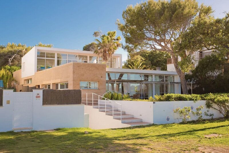 Stunning modern Villa with direct access to the beautiful beach of Mal Pas., vacation rental in Formentor