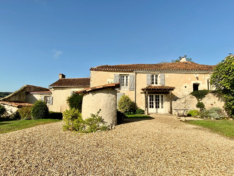 Les Chauvins - 17th Century Charentaise Farmhouse & Cottage, holiday rental in Champagne-et-Fontaine