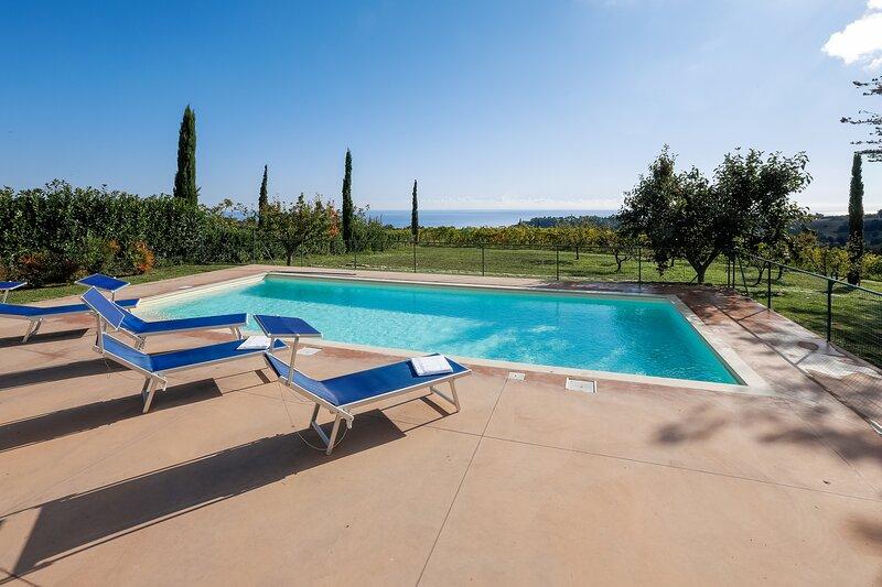 Amazing villa with swimming-pool, vacation rental in Cupra Marittima