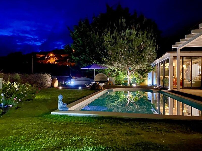 Vila típica na ilha da Madeira com piscina e vista mar, aluguéis de temporada em Prazeres