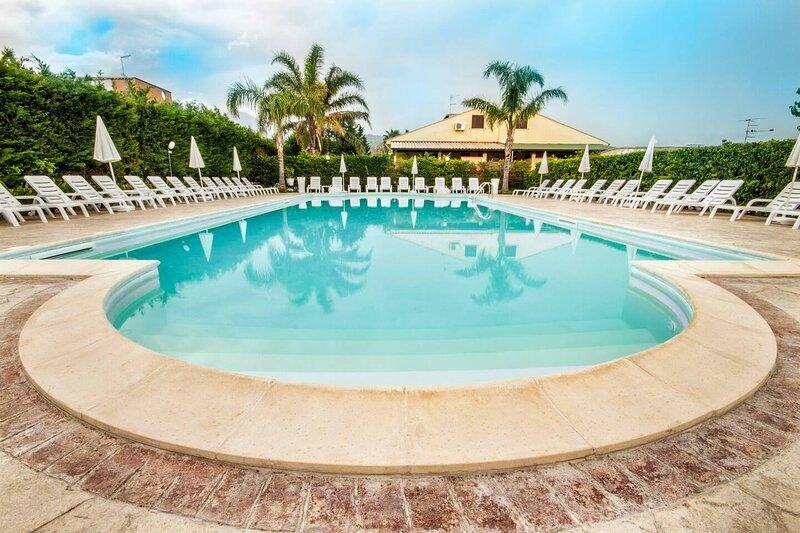 Beautiful house with shared pool, vacation rental in Piana Calzata