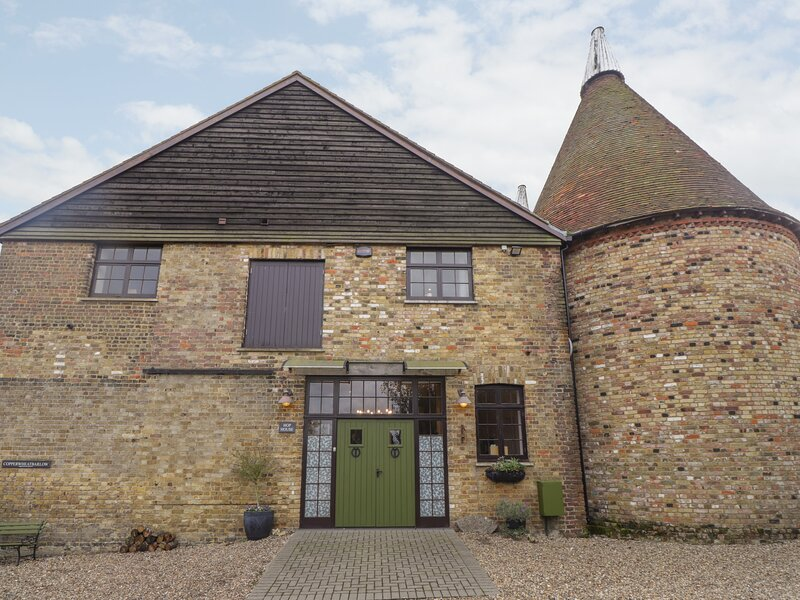 The Cowls, Oad Street, holiday rental in Milstead