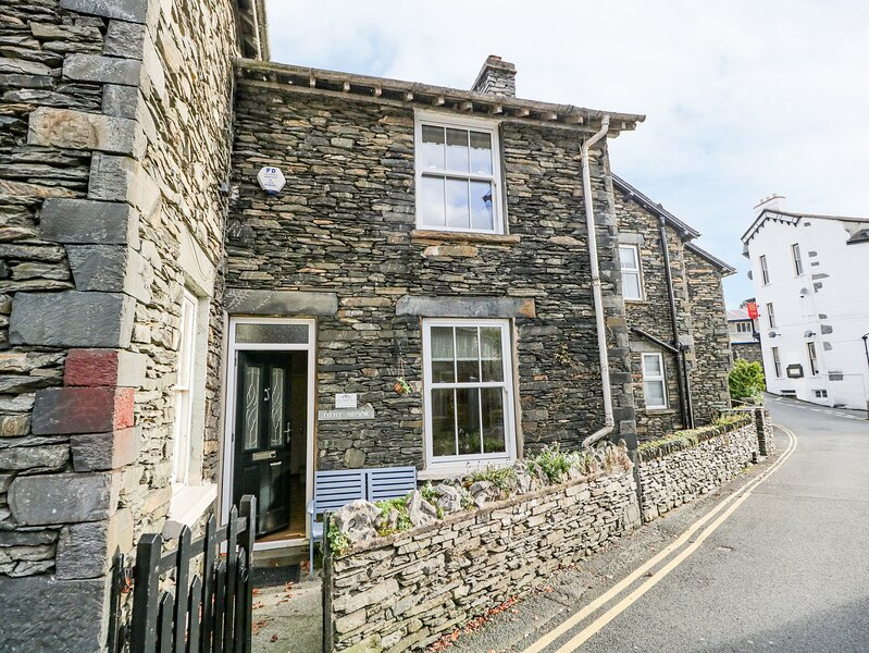 LITTLE BROOK COTTAGE, traditional lakeland cottage, Bowness on Windermere, holiday rental in Bowness-on-Windermere