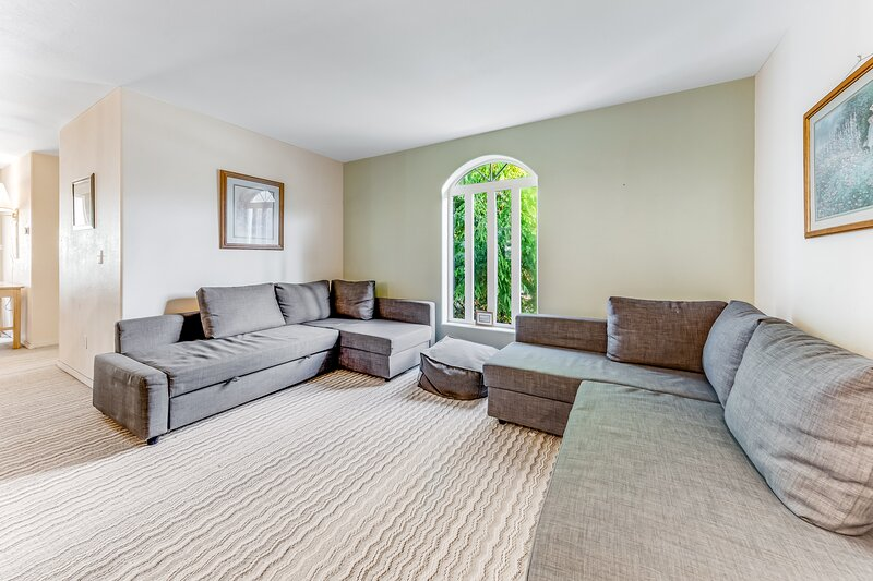 Enormous, family-friendly house w/ private hot tub & game room - dogs ok!, holiday rental in Depoe Bay