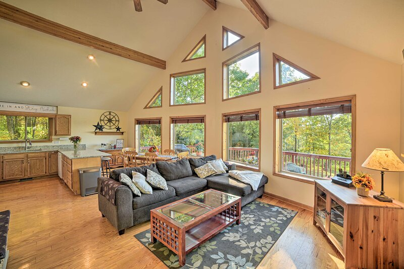 NEW! Secluded Getaway w/Mtn Views, Deck & Fire Pit, vacation rental in Winchester