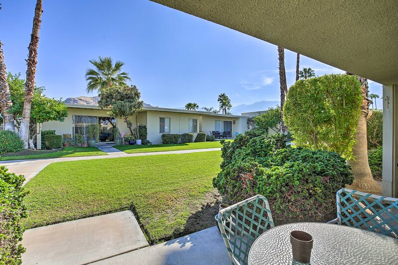 NEW! Classic PS Condo w/Mtn Views & Hot Tub Access, holiday rental in Palm Springs