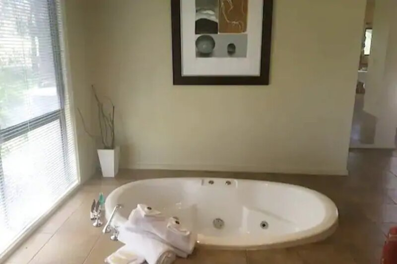 Self Isolate? Sunken Spa, Quiet Cottage in Otway Ranges, holiday rental in Colac