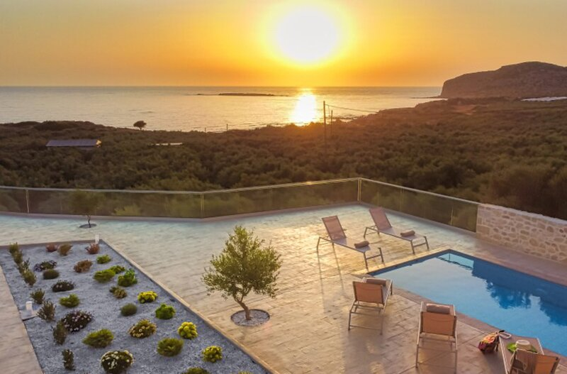 One level villa by the beach of Falasarna with private pool & stunning views, alquiler de vacaciones en Phalasarna