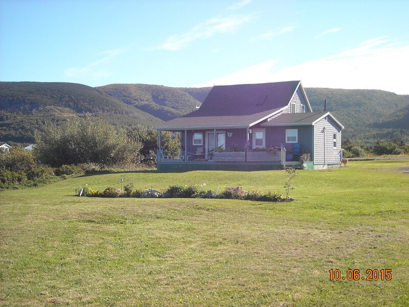 Authentic Acadian Cottage with Ocean Views, vacation rental in Cheticamp