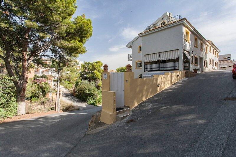 3-Bed House in La Nucia 10 min drive from Beach!, holiday rental in La Nucia