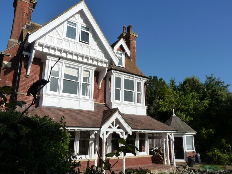 Langton House Stunning Apt in Prime Leafy Location For Up to 4 Close to Beach, vacation rental in East Dean