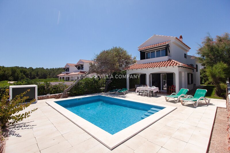 Wonderful 3 Bedroom Villa with Sea Views, AC and 5 Minutes to Beach, aluguéis de temporada em Arenal d'en Castell